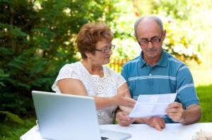 Un pareja calculando deudas
