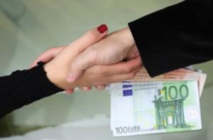 Dándose la mano con dinero