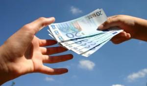 Mano dando dinero