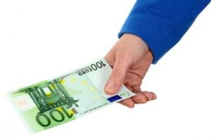 Mano dando 100 euros