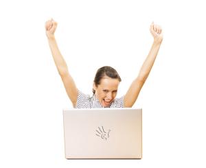 Mujer feliz con créditos urgentes