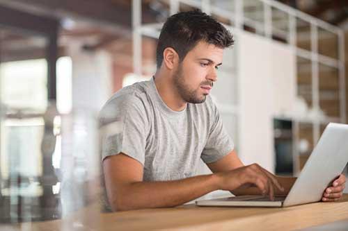 Emprendedor con ordenador